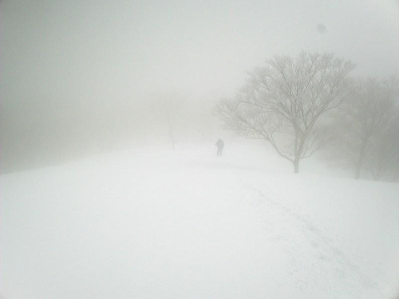 《ホワイトアウト》雪や雲などによって視界が白一色となり、方向・高度・地形の起伏が識別不能となるホワイトアウト現象とは?まとめ